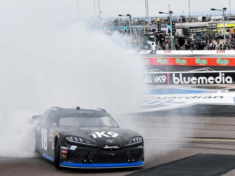 Kyle Busch Wins in Phoenix